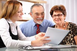Umfassende Finanzberatung alter Eheleute von einer Versicherungsmaklerin