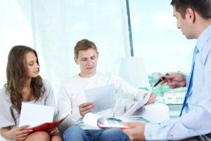 Münchener Versicherungsmakler im Beratungsgespräch